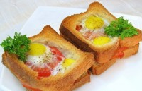 Hot sandwiches with eggs, ham and tomatoes