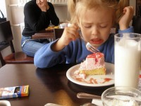How to acquaint the child with adult food?
