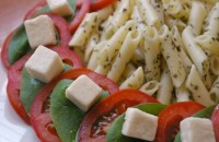 Pasta salad with tomatoes, spinach and Feta cheese