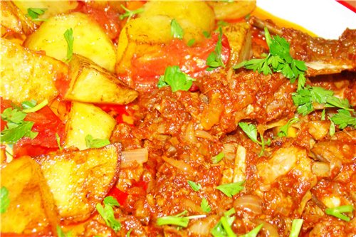 Meat in tomato sauce with potatoes
