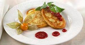 The cottage cheese pancakes with berry puree