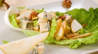 Salad with pears and Roquefort cheese