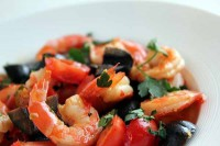 Salad with shrimp, olives and tomatoes