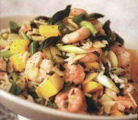 Salad with shrimp, rice, almond and mango