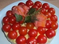 Salad with cherry tomatoes and shrimp