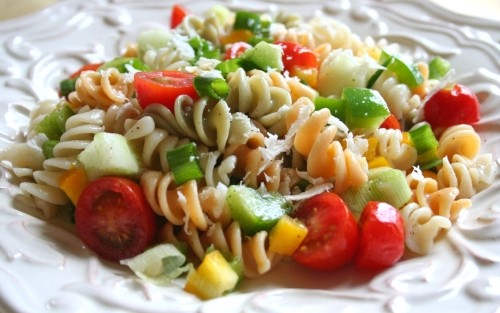 Salads with pasta: 6 recipes for a hearty snack